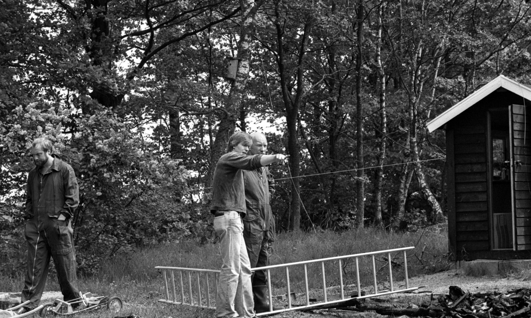 a3a5bdb8d1ea Ägaren(troligtvis) pekar på något efter brand i hans hus Brömsebro. Foto  till ett reportage i Blekinge Läns Tidning.